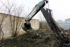 Раскопки и нагрузки старые советские трактора расточительствуют каменный обрабатывать стоковое фото