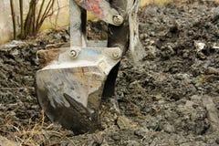 Раскопки и нагрузки старые советские трактора расточительствуют каменный обрабатывать стоковые фотографии rf