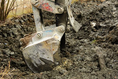 Раскопки и нагрузки старые советские трактора расточительствуют каменный обрабатывать стоковые изображения