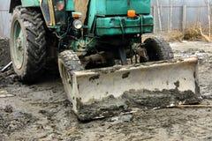 Раскопки и нагрузки старые советские трактора расточительствуют каменный обрабатывать стоковое изображение