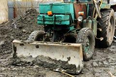 Раскопки и нагрузки старые советские трактора расточительствуют каменный обрабатывать стоковые изображения rf