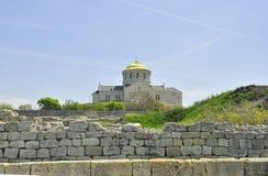 Раскопки привлекательностей перемещения Крыма Khersones стен и собора весной Стоковое Фото
