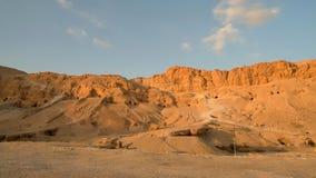 Раскопки старых усыпальниц в оранжевых холмах песка без людей, Луксора, Thebes, места всемирного наследия ЮНЕСКО, Египта Стоковая Фотография RF