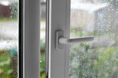 Раскройте белое пластичное окно В ненастной погоде closeup Стоковое Изображение RF