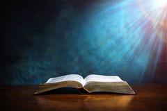 Раскройте библию на деревянной таблице стоковые фотографии rf