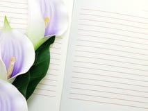 Раскройте букет цветков фиолета тетради и красивого calla искусственный Стоковое Изображение