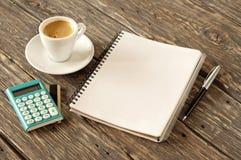 Раскройте блокнот с ручкой, кофе, калькулятором с кредитной карточкой золота Стоковое Фото