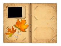 Раскройте винтажное photoalbum для фото с листвой осени Стоковые Фотографии RF