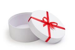 Раскройте вокруг коробки подарка с красным смычком Стоковая Фотография