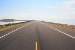 Раскройте вырезывание дороги через озеро Стоковые Изображения