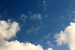 Раскройте голубое небо с малыми белыми облаками стоковое изображение