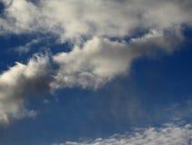 Раскройте голубое небо с малыми белыми облаками стоковое фото