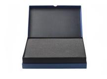Раскройте голубую коробку с упаковывая пеной губки Стоковое фото RF