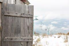 Раскройте деревянную дверь старого амбара Стоковые Изображения RF