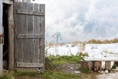 Раскройте деревянную дверь старого амбара Стоковые Фото