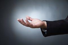 Раскройте жест рукой ладони мужчины на темноте Стоковая Фотография