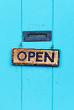 Раскройте знак на двери бирюзы Стоковая Фотография RF