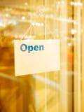 Раскройте знак на стеклянной двери Стоковое Изображение