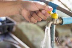 Раскройте или закройте металлический faucet Стоковые Изображения RF