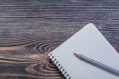 Раскройте карандаш тетради с прописями на винтажной деревянной концепции образования доски Стоковое Изображение