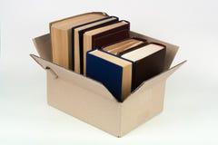 Раскройте книги дальше на деревянной таблице палубы и белой предпосылке задняя школа к Концепция образования с космосом экземпляр Стоковое Изображение