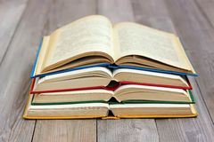 Раскройте книги на таблице от доск Стоковое Изображение RF