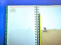 Раскройте книгу и карандаш дневника на голубой предпосылке Стоковое Изображение RF