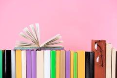 раскройте книгу и стекла на строке книг стоковая фотография rf