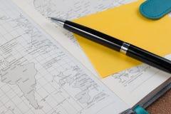 Раскройте книгу карты дневника дела с картой мира с ручкой Стоковые Фото