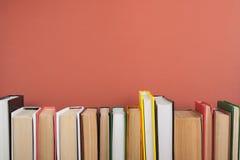 Раскройте книгу, книги hardback красочные на деревянном столе задняя школа к Скопируйте космос для текста Концепция образовательн Стоковые Изображения