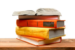 Раскройте книгу, книги hardback на деревянной полке изолированной на белой предпосылке задняя школа к Скопируйте космос для текст Стоковое Фото