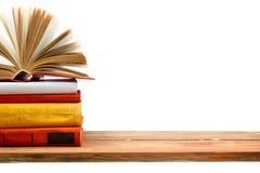Раскройте книгу, книги hardback на деревянной полке изолированной на белой предпосылке задняя школа к Скопируйте космос для текст Стоковая Фотография RF