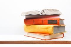Раскройте книгу, книги hardback на деревянной полке изолированной на белой предпосылке задняя школа к Скопируйте космос для текст Стоковое фото RF