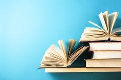 Раскройте книгу, книги hardback на деревянном столе Предпосылка образования задняя школа к Скопируйте космос для текста стоковые изображения