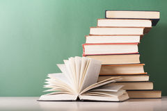 Раскройте книгу, книги hardback на деревянном столе Предпосылка образования задняя школа к Скопируйте космос для текста