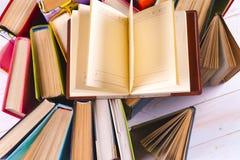 Раскройте книгу, книги hardback на яркой красочной предпосылке Стоковые Изображения