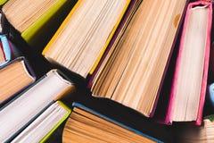 Раскройте книгу, книги hardback на яркой красочной предпосылке Стоковые Фотографии RF