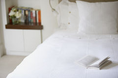 Раскройте книгу на кровати Стоковые Фото