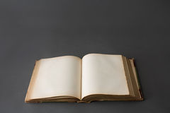 Раскройте книгу на темноте - сером фоне Стоковая Фотография