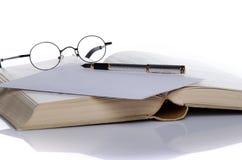 Раскройте книгу с ручкой и стеклами Стоковое фото RF