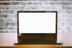 Раскройте компьтер-книжку на столе офиса Стоковое Изображение