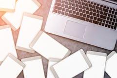 Раскройте компьтер-книжку с белым smartphone Весь экран бел на сером цвете Стоковые Изображения