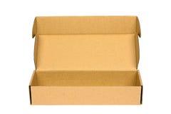 Раскройте коричневую картонную коробку упаковки изолированную на белизне с путем клиппирования Стоковое фото RF