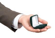 Раскройте коробку кольца в руке businessmans Стоковое Изображение RF