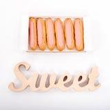 Раскройте коробку поставки бумажную с 6 свежими розовыми пирожными и деревянной помадкой слова на белой предпосылке Романтичный п Стоковые Изображения RF