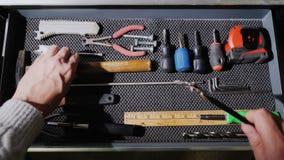 Раскройте коробку с инструментами locksmith Иметь концепцию мастерской видеоматериал