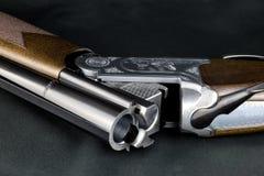Раскройте корокоствольное оружие на столешнице Baize Стоковые Фотографии RF
