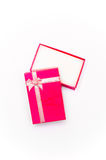 Раскройте красную подарочную коробку при изолированный смычок ленты Стоковые Изображения