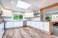 Раскройте кухню концепции оборудованную с окном в крыше стоковая фотография