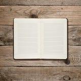 Раскройте дневник на древесине стоковое фото rf